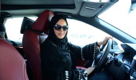 منى أبو سليمان بسيارتها في مشوارها الأول بالرياض