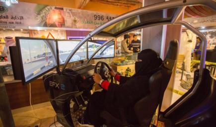 """تُستخدم سيارة """"المُحاكاة"""" للتدريب في دورات تعليم القيادة التي تُدرَّس في المؤسسات التعليمية"""