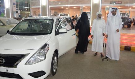 تسلُّمت البركاتي مفتاح السيارة الجديدة برفقة والدها المسن