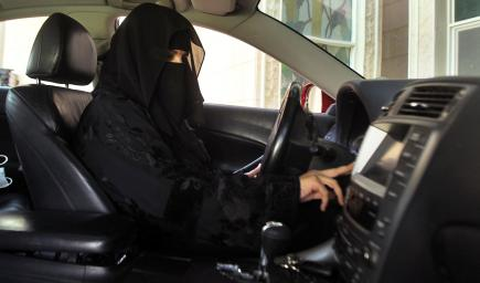 شاب سعودي يعلم والدته قيادة السيارة