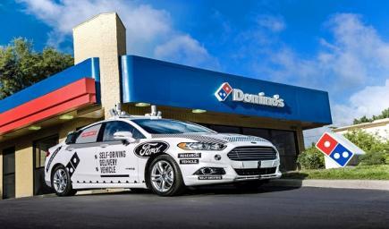 """السيارة بتسليم وجبات بيتزا """"دومينو"""" دون أي تدخل بشريّ في ولاية لاس فيغاس الأمريكية"""