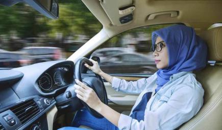 كونك امرأة تقود سيارة لا يُبيح لك أن تخالفي قوانين الطريق