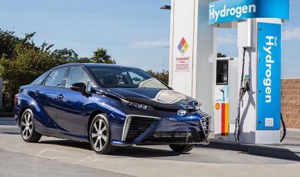 """سير السيارة """"الهيدروجينية"""" عن طريق وضع خلية تتفاعل مع الهيدروجين، فتولد الكهرباء والماء"""