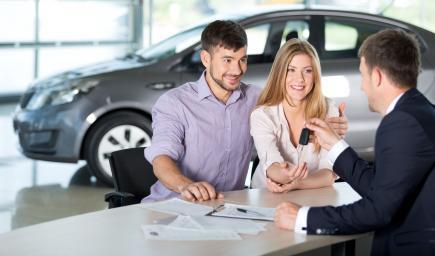 المرأة لديها معايير مختلفة تماماً عن الرجل عند شراء السيارة