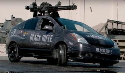 سيارة تويوتا بريوس تم تزويدها بمدفع رشاش من طرازM61فولكان العنيف