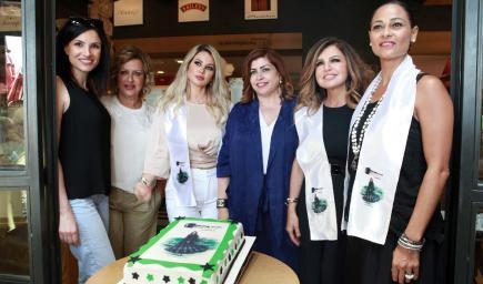 تجمعت نساء لبنانيات ليعبرن عن دعمهن للمرأة السعودية