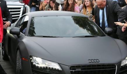 جاستن بيبر يحضر افتتاح شركة تعديل سيارات على متن اودي