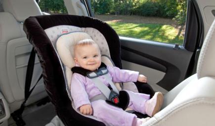 الرافد الأساسي للمرأة عند اقتنائها سيارتها هو تركيب مقعد الطفل بشكل سليم