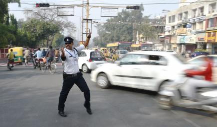 """اشتهر شرطي المرور الهندي """"براتاب شاندرا"""" برقصاته المتميزة"""