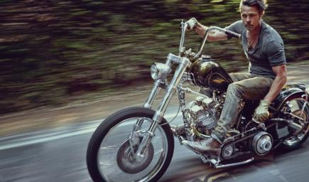 براد بيت عام 2014 يقود دراجته لاري الهندية