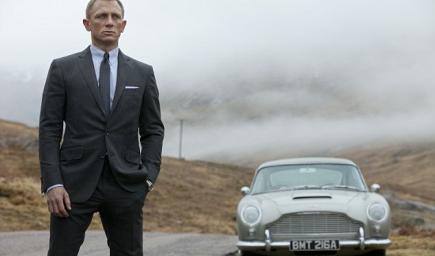 دانييل كريح أمام أول نسخة من سيارة استون مارتن التي ظهرت بأفلام جيمس بوند قبل 50 عاما