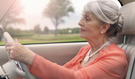 في عمر المائة وتتقدم لاختبار السياقة