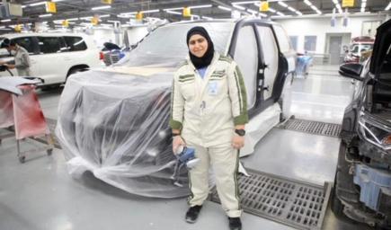 """فاطمة الصفار، أول شابة بحرينية تعمل """"فني سيارات"""""""