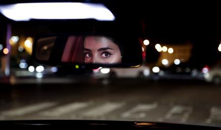 رشا مهدي أول فنانة مصرية تقود سيارتها داخل السعودية