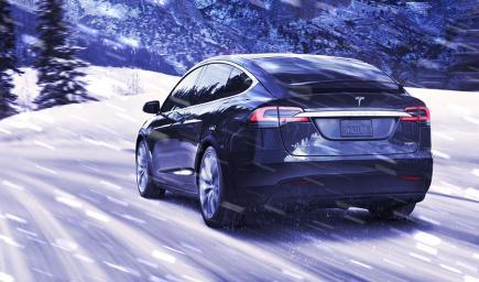 البرد يضع سيارات تسلا في مأزق