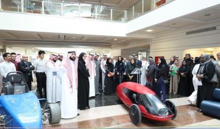 المهندسات السعوديات يشرحن ابتكارهن للحضور