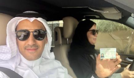 المواطن اثناء توثيق قيادة زوجته للمركبة