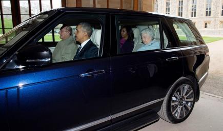 الرئيس الأمريكي الأسبق باراك أوباما وزوجته ميشيل مع ملكة بريطانيا وزوجها بسيارة الرينج روفر