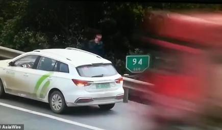 السيارة الصغيرة معطلة على الطريق السريع قبل سحق الشاحنة لها