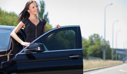 الطريقة الصحيحة والطريقة الخاطئة لركوب السيارة والخروج منها