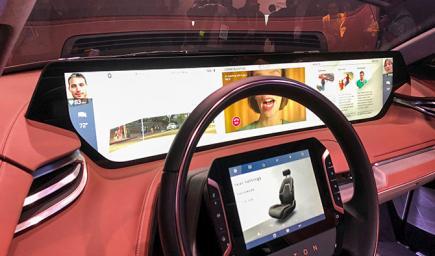 شاشة عملاقة ومجموعة مقود ستيرنغ متطورة في سيارة كهربائية بالكامل