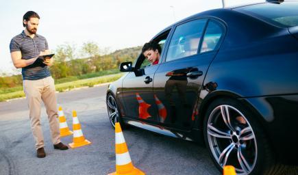 وجود مدارس متخصصة لتعليمهن قيادة السيارة