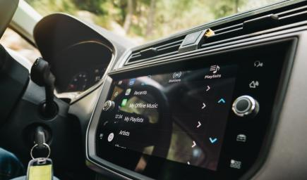 دمج تطبيق Alexa في أنظمة المعلومات والترفيه في السيارات