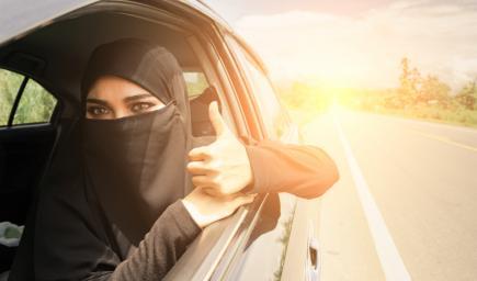 نصائح تُساعد قائدة السيارة على الاستمتاع برحلاتها والقيادة بذكاء