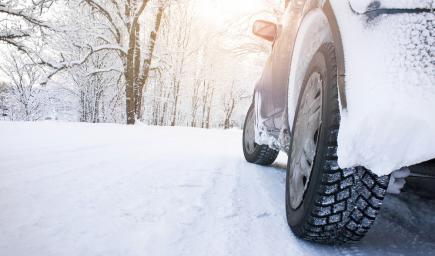 يجب عليك أن تزيلي التراكمات الثلجية التي تكسو زجاج السيارة وسطحها بالكامل