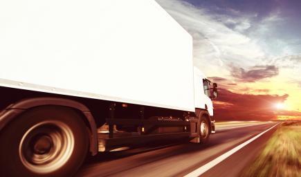 سائقي الشاحنات، لا يلتزمون بقوانين المرور