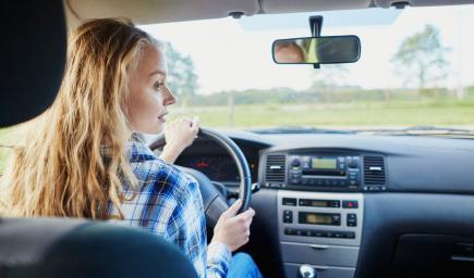 قيادة السيارة لمن هم أقل من السن القانوني