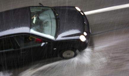 فتيات يقدن سيارتهن تحت أمطار جدة