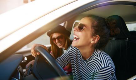 الضحك خلال قيادة السيارة