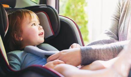 المقاعد الخاصة بالأطفال في السيارة وأحزمة الأمان