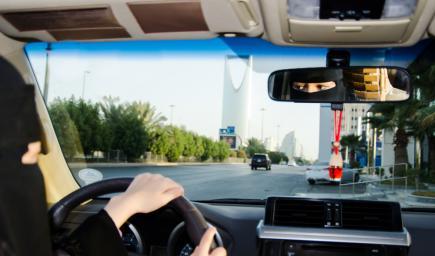 أم سعود تعلم ابنتها القيادة