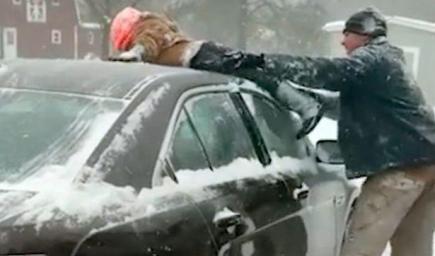 استعان الأمريكي دانييل هاريس بجسم الطفل بدلا من القشاطة  لإزالة الثلج عن سيارته