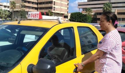 سائقة التاكسي لمياء المبروكي