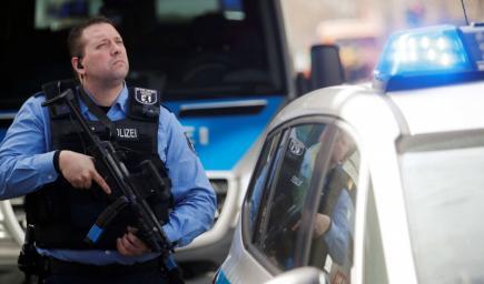 سائق ثمل طلب مساعدة الشرطة لتشغيل سيارته فسحبت رخصة قيادته منه