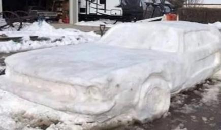 سيارة فورد موستانغ من الثلج صنعتها عائلة أمريكية بخمس ساعات