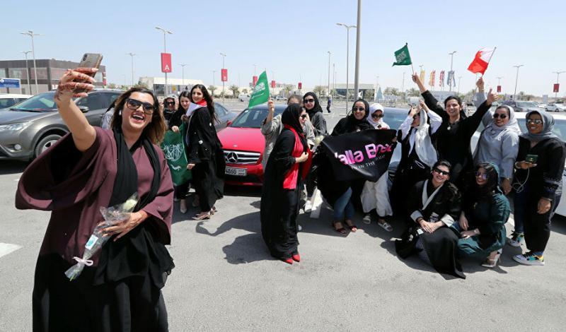سعوديات بعد تعلمهن القيادة