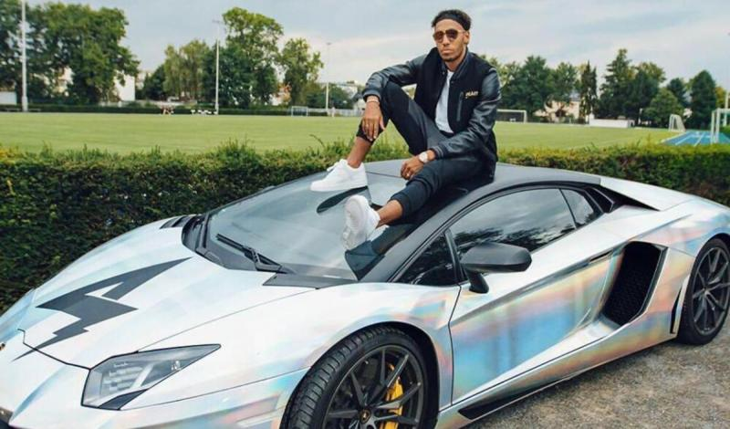 أوباميانج يعدل سيارته على ذوقه الخاص