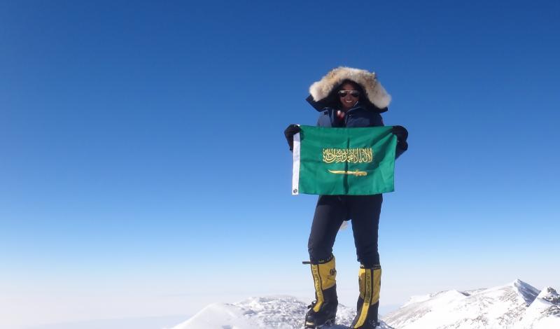علم السعودية مع رها محرق على قمة الجبل