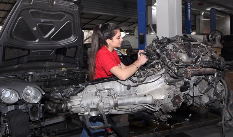 رنا الحايك فتاة لبنانية تعمل في مجال ميكانيك السيارات