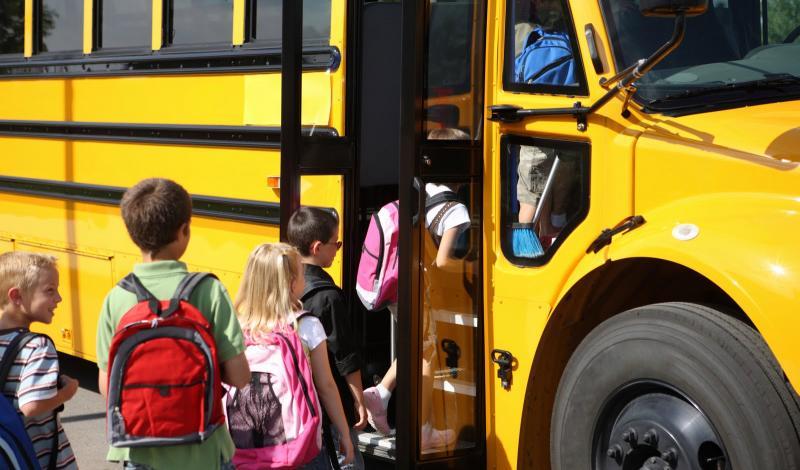 تطبيق قانون جديد، يساوي في العقوبة بين قطع إشارة المرور وعدم الوقوف لحافلات المدارس