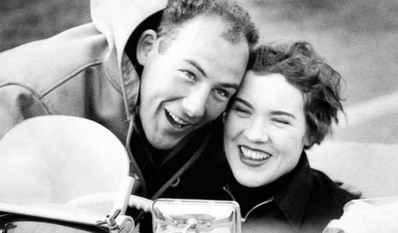 آن هال: واحدة من أشهر سائقات سيارات السباق الإناث في أوروبا في 1950 و1960.