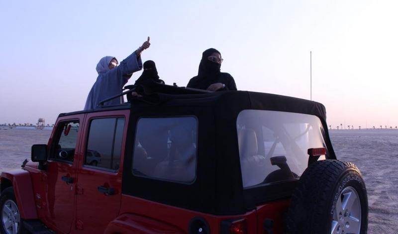 """30 شابة سعودية بسياراتهن """"الجيب"""" ذات الدفع الرباعي إلى صحراء المنطقة الشرقية"""