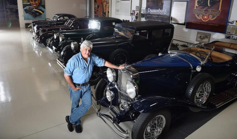 جاي لينو فخور بمجموعة سياراته الكلاسيكية النادرة في مرآبه الخاص