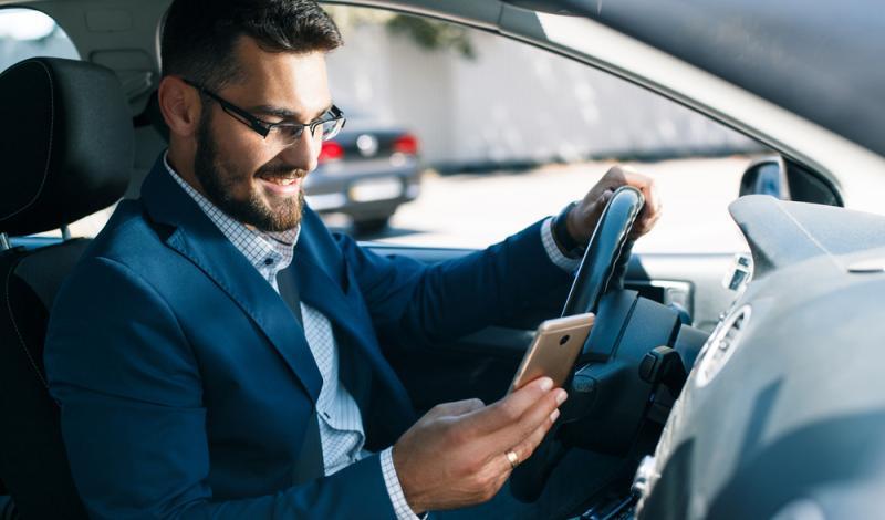 السائق البريطاني لا يتمكن من القيادة لأكثر من 12دقيقة دون مراقبة هاتفه