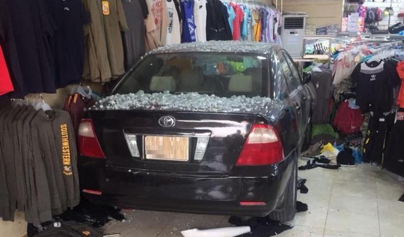 أول حادث مروري لـامرأة دخلت بسيارتها في محل ملابس!!.. في الأحساء